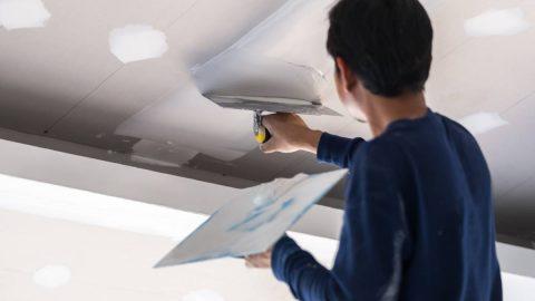 Réaliser une réparation sur un plafonnage abîmé