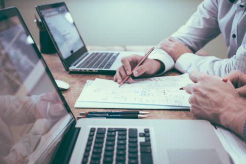 Comment assurer la mise en place de la stratégie de communication digitale?